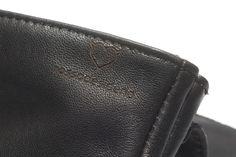 Pochette portatutto da uomo in vera pelle nera con riga beige, foderata e due tasche interne da rossodesiderio https://www.amazon.it/dp/B06XSPVKB9/ref=hnd_sw_r_pi_dp_1bz1ybD9MF6PD #rossodesiderio #bag #pochette #borsello #borsa #organizer #portatutto #uomo #color #nero #nera #verapelle #leather #cuoio #cerniera #zip #madeinitaly #fattoamano #artigianato #artigianale #artigiano #accessorio #custodia #astuccio #classico #gadget #handmade #leather #fattoamano #moderno #fashion #elegante #design