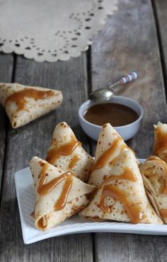 Triangles of pancakes with apples, caramel sauce with rum , Samosas crepes with caramel, apples and rum. Samosas, Easy Desserts, Dessert Recipes, Hershey Recipes, Sauce Caramel, Crepe Recipes, Food Truck, Love Food, Sweet Recipes