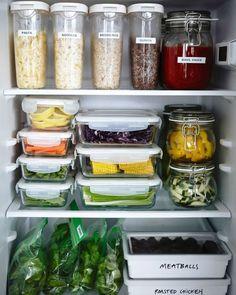 Attention aux emballages alimentaires qui prennent beaucoup de place dans le frigo et dans les petites cuisines. On privilégie des rangements adaptés pour les aliments.