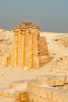 La Maison du Sud. La pyramide à étages de Sakkara (ou Saqqara) est haute de 60 mètres. Construite aux environs de 2737–2717 avec JC. avec des blocs de pierre par...
