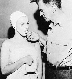 """1952-53, Marilyn dans """"Niagara"""" d'Henry HATHAWAY / Commentaire / """"Niagara"""" est un film cher pour nombre de cinéphiles. L'œuvre doit son importance dans l'histoire du cinéma hollywoodien aussi bien à la mise en scène méticuleuse du réalisateur Henry HATHAWAY qu'à l'avènement de la légende cinématographique qu'incarne toujours aujourd'hui Marilyn MONROE. Il est donc aisé d'aborder """"Niagara"""" sous ces deux aspects. En ce début 1953, Marilyn ne rayonne pas encore au sommet de l'Olympe…"""