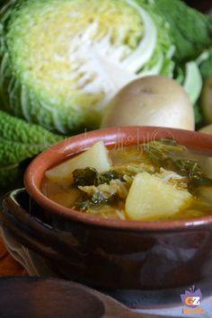 Cari lettori, Rosarita qualche anno fa mi ha fatto assaggiare questa meravigliosa minestra: la Zuppa di verza e patate, una ricetta antic ♦๏~✿✿✿~☼๏♥๏花✨✿写☆☀🌸🌿🎄🎄🎄❁~⊱✿ღ~❥༺♡༻🌺<WE Jan ♥⛩⚘☮️ ❋ Soup Recipes, Vegan Recipes, Cooking Recipes, Dinner Recipes, Italian Soup, Italian Recipes, Cabbage Potato Soup, Popular Italian Food, Tuscan Bean Soup
