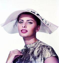 A chacune son chapeau... (de haut en bas) Sophia LOREN /