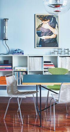 Michaels hjem inspirerer til at træffe modige og overraskende farvevalg White Exterior Houses, Small House Exteriors, Rustic Home Design, Home Interior Design, Living Room Colors, Home Living Room, Dining Room Furniture, Home Furniture, Dining Rooms