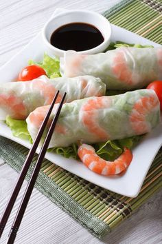 Small spring rolls Source by ausreylahiton I Love Food, Good Food, Yummy Food, Healthy Snacks, Healthy Recipes, Grilling Gifts, Snacks Für Party, Spring Rolls, Asian Recipes