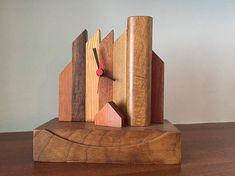 Orologio realizzato con diversi tipi di legno (noce, mogano...). Le diverse sfumature di forme e colori danno un tocco di classe ed originalità a questo complemento d'arredo ideale per ogni ambiente.