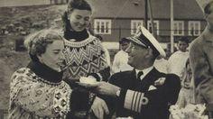 Kong Frederik IX drikker kaffe i Grønland  Aldrig er der blevet skrevet så meget om Grønland som i sommeren 1952, hvor kong Frederik IX og dronning Ingrid tager på officiel rejse til landet.