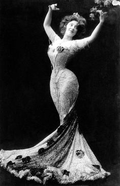 Anna Held, The Hourglass. Common law wife of Florenz Ziegfeld Anna Held, The Hourglass. Common law wife of Florenz Ziegfeld Belle Epoque, Mode Vintage, Vintage Ladies, Vintage Pins, Edwardian Fashion, Vintage Fashion, Edwardian Era, Steampunk Fashion, Gothic Fashion