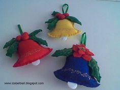 Este sinos  fiz em feltro, enchimento com fibra. Podem ser usados como decoração diverços lugares. Em  portas, cortina, na árvore de Natal, ...