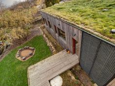 Návrh vertikální fasády i zelené střechy je inspirován profesí klienta, který pracuje jako profesionální zahradník. #green #roof #střecha