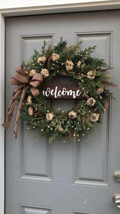 Primitive wreath Christmas Advent Wreath, Christmas Wreaths For Front Door, Xmas Wreaths, Easy Christmas Crafts, Christmas Home, Fresh Christmas Wreaths, Holly Wreath, Winter Christmas, Christmas Nails