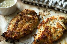 Φανταστική συνταγή για κοτόπουλο με παρμεζάνα του Άκη Πετρετζίκη. Λεπτά φιλέτα κοτόπουλο παναρισμένα σε ψωμί, αυγό και παρμεζάνα για ένα τραγανό κοτόπουλο!!