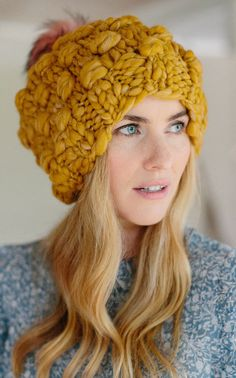 Learn how to crochet with these 37 easy to watch video tutorials from crochet experts. Discover basic stitches to more intricate patterns. Chunky Crochet Hat, Easy Knit Hat, Chunky Yarn, Crochet Yarn, Knitted Hats, Chunky Knits, Beginner Knitting Patterns, Basic Crochet Stitches, Knitting Designs