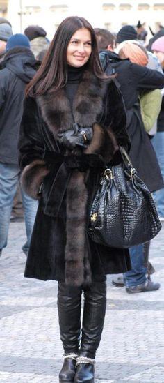 Amazing stylish young lady of Prague. My shot. Fur Fashion, Winter Fashion, Fashion Looks, Fashion Outfits, Womens Fashion, Fur Clothing, Fabulous Furs, Winter Looks, Leather Gloves