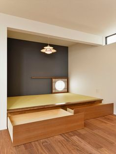 小上りの畳スペース ・良くない例 梁型柱型のLが無粋に切ってしまっている。(天井と壁を色分けしてLは無くす)抽斗という機能も純粋さに邪魔する。できれば右脇左脇からの抽斗に)色だけで闇は宿らない=陳腐(保存した過去の材料を,掛け軸を) Small Apartment Decorating, Interior Decorating, Interior Design, Living Tv, Living Spaces, Modern Japanese Interior, Tatami Room, Zen Room, Japanese House