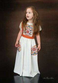 White Flower Girl Dresses, Little Girl Dresses, Nice Dresses, Girls Dresses, Young Fashion, Kids Fashion, Abaya Fashion, Fashion Dresses, Kids Kaftan