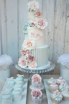 I like those pink flowers on the cake