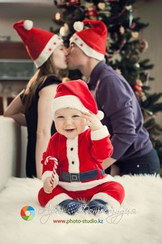 25 more cute Family Christmas picture ideas. I like this one, but maybe have June in just died and hat