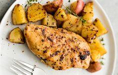 Vous cherchez une façon super facile de préparer des poitrines de poulet avec des pommes de terre pour ajouter à votre livre de recettes personnel? La voici, la voilà! Chili Recipes, Slow Cooker Recipes, Healthy Recipes, Dutch Oven Recipes, Egg Rolls, Chicken Casserole, Crockpot, Food And Drink, Favorite Recipes