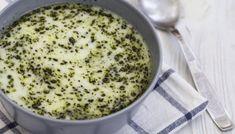 Υλικά 1/2 φλιτζ. ρύζι1 κεσεδάκι στραγγιστό γιαούρτι100 γρ. βούτυρομπόλικος ψιλοκομμένος δυόσμοςαλάτι, πιπέρι Εκτέλεση Βάζουμε σε κατσαρόλα δύο φλιτζάνια νερό να βράζει και ρίχνουμε το ρύζι. Καθώς το ρύζι βράζει, παίρνουμε ζεστό νερό από την κατσαρόλα και το βάζουμε λίγο λίγο στο γιαούρτι (που έχουμε ρίξει σε ένα μπολ) ανακατεύοντας ώστε να πάρει τη θερμοκρασία του […] The post Τανέα (ποντιακή γιαουρτόσουπα) appeared first on otselementes. Plant Based, Oatmeal, Muffin, Soup, Pudding, Sugar, Cooking, Breakfast, Desserts
