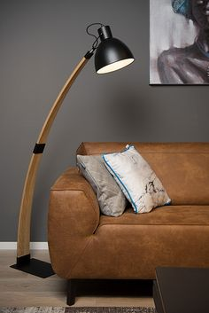 Curf to lampa podłogowa w stylu skandynawskim.  Lampa: - nadaje się do użytku ze źródłem światła LED - ma regulowany klosz - posiada włącznik / wyłącznik na kablu - wykonana jest z wysokiej jakości drewna.  W serii dostępna także wersja biała.