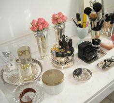 prateleira com maquiagem