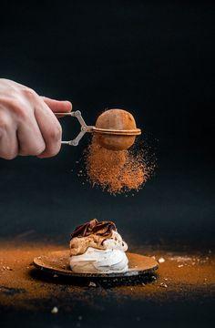 Mini Pavlovas with hazelnut cream and dark chocolate ganache. A essayer avec une…