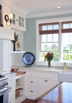 Gorgeous White Coastal Kitchen Interior Design With Sweet Nuance. Love the blue tile with white cabinets House Of Turquoise, Turquoise Kitchen, Turquoise Tile, Beach House Kitchens, Home Kitchens, White Coastal Kitchen, Coastal Cottage, Coastal Living, Country Kitchen