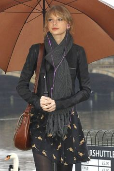 Taylor Swift - outfit aww there's kitties on her dress/skirt