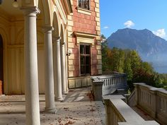Schloss Traunsee in Altmünster Cityscapes, Austria, Places To See, Travel Destinations, Spaces, Mansions, House Styles, Building, Home