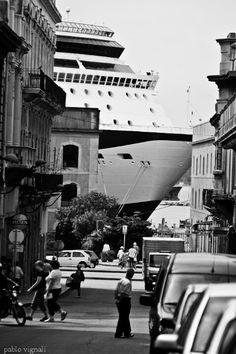 Temporada de cruceros, calle de Ciudad Vieja con vista al puerto de Montevideo, Uruguay.