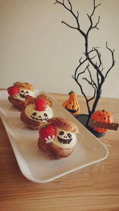 Profiteroles, Eclairs, Halloween Desserts, Halloween Food For Party, Cute Food, Confectionery, Relleno, Cake Pops, Sweet Recipes
