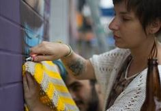 Graffiti: Julio Falaman + Crochet: DoloreZ CrocheZ. Instalado em Rua Artur de Azevedo x Rua Francisco Leitão – Pinheiros – São Paulo/SP.