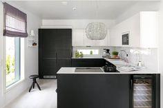 Mustavalkoinen keittiö ja ripaus kristallia - Etuovi.com Sisustus
