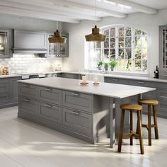 The Advantages of Kitchen Set Design Ideas The kitchen is a location of your home where you should have tons of cookware and utensils out there. Your refurbished kitchen needs to appear trendy and also should be operational. Tidy Kitchen, Kitchen Sets, Kitchen Layout, New Kitchen, Kitchen Decor, Luxury Kitchen Design, Best Kitchen Designs, Beautiful Kitchens, Cool Kitchens