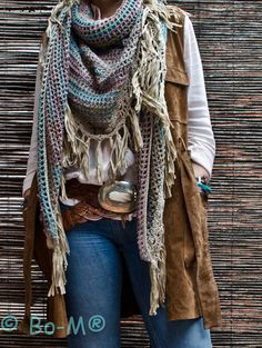 crochelinhasagulhas: crochet Collect par Bo-M Crochet Shawls And Wraps, Crochet Scarves, Crochet Clothes, Crochet Cozy, Crochet Crafts, Boho Womens Clothing, Loom Knitting Projects, Scarf Styles, Outfits