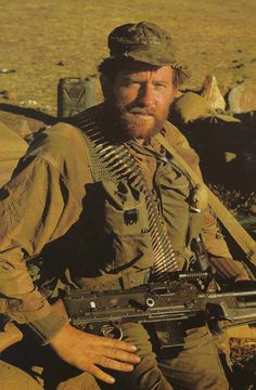 British SAS member with an FN MAG during the Dhofar Rebellion Oman Military Special Forces, Military Police, Military Weapons, Fn Mag, Special Air Service, Special Ops, British Armed Forces, Royal Marines, British Army