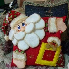Moldes e Apostilas para Artesanato: Christmas Sewing, Santa Christmas, Christmas Projects, Christmas Holidays, Christmas Ornaments, Christmas Cushions, Christmas Decorations To Make, Fabric Dolls, Christmas Inspiration