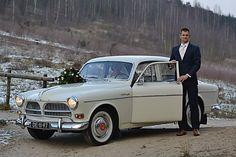 De bruidegom stapt achter het stuur van de volvo trouwauto Amazon.  http://www.volvo-trouwauto.nl/
