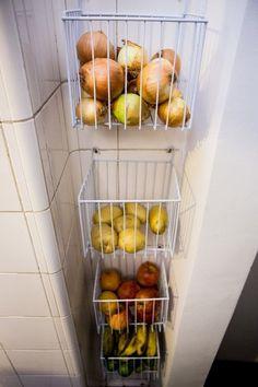 E se você tem um nicho na cozinha, pode criar um espaço para armazenar frutas e legumes. | 25 ideias de organização que vão mudar a cara da sua cozinha