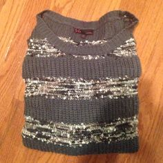 ⭐️ sweater ⭐️ One loose thread as seen in picture but besides that very good condition. Super comfy and soft. Make an offer! Sweaters Crew & Scoop Necks