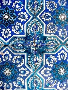 Bleu indigo : une couleur à l'âme voyageuse - Clem Around The Corner - Alles Tile Art, Mosaic Tiles, Tiling, Tile Patterns, Textures Patterns, Love Blue, Blue And White, Blue Green, Yellow