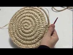 Crochet Rug Patterns, Macrame Patterns, Crochet Designs, Sisal, Burlap Flower Tutorial, Raffia Crafts, Paper Basket Weaving, Crochet Shoulder Bags, Modern Crochet