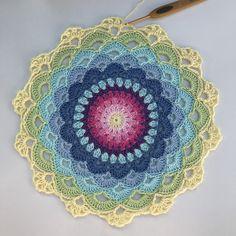 Crochet Dreamcatcher Pattern, Crochet Curtain Pattern, Crochet Table Runner Pattern, Free Crochet Doily Patterns, Crochet Curtains, Christmas Crochet Patterns, Crochet Round, Knit Or Crochet, Crochet Motif