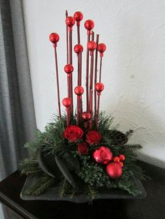 more and more crafts: Beautiful Christmas arrangements using spheres Christmas Flower Arrangements, Christmas Flowers, Christmas Centerpieces, Xmas Decorations, Christmas Art, Christmas Projects, Beautiful Christmas, Christmas Wreaths, Christmas Ornaments