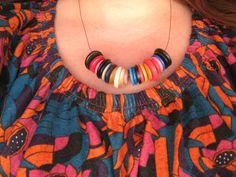 collana di bottoni indossata