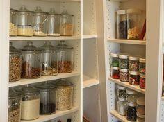 Organize cada cômodo #1: ideias para organizar a cozinha! Além de organizar o seu armário ou despensa, potes de vidro são uma maneira de deixar tudo mais lindo e decorar. Se você tiver prateleiras para expor tudo, melhor ainda! O que eu mais gosto nessa ideia é que facilita muito a rotina: fica bem mais fácil encontrar o que você procura!