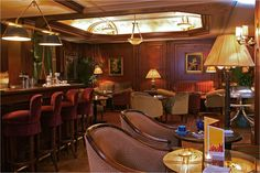 The Bivouac café, the Hotel Napoléon's restaurant-lounge, offers the friendly atmosphere of an English style bar, with deep armchairs and large, comfortable sofas.