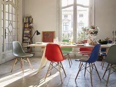https://www.solebich.de/wohnmagazin/die-geschichte-hinter-dem-eames-plastic-chair-gewinne-deinen-wunschstuhl-von-vitra-0