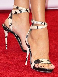 Celine Dion in snakeskin ankle-strap sandals. Sexy High Heels, Open Toe High Heels, Hot Heels, Celine Dion, Sexy Zehen, Designer High Heels, Sexy Toes, Ankle Strap Sandals, Ankle Straps